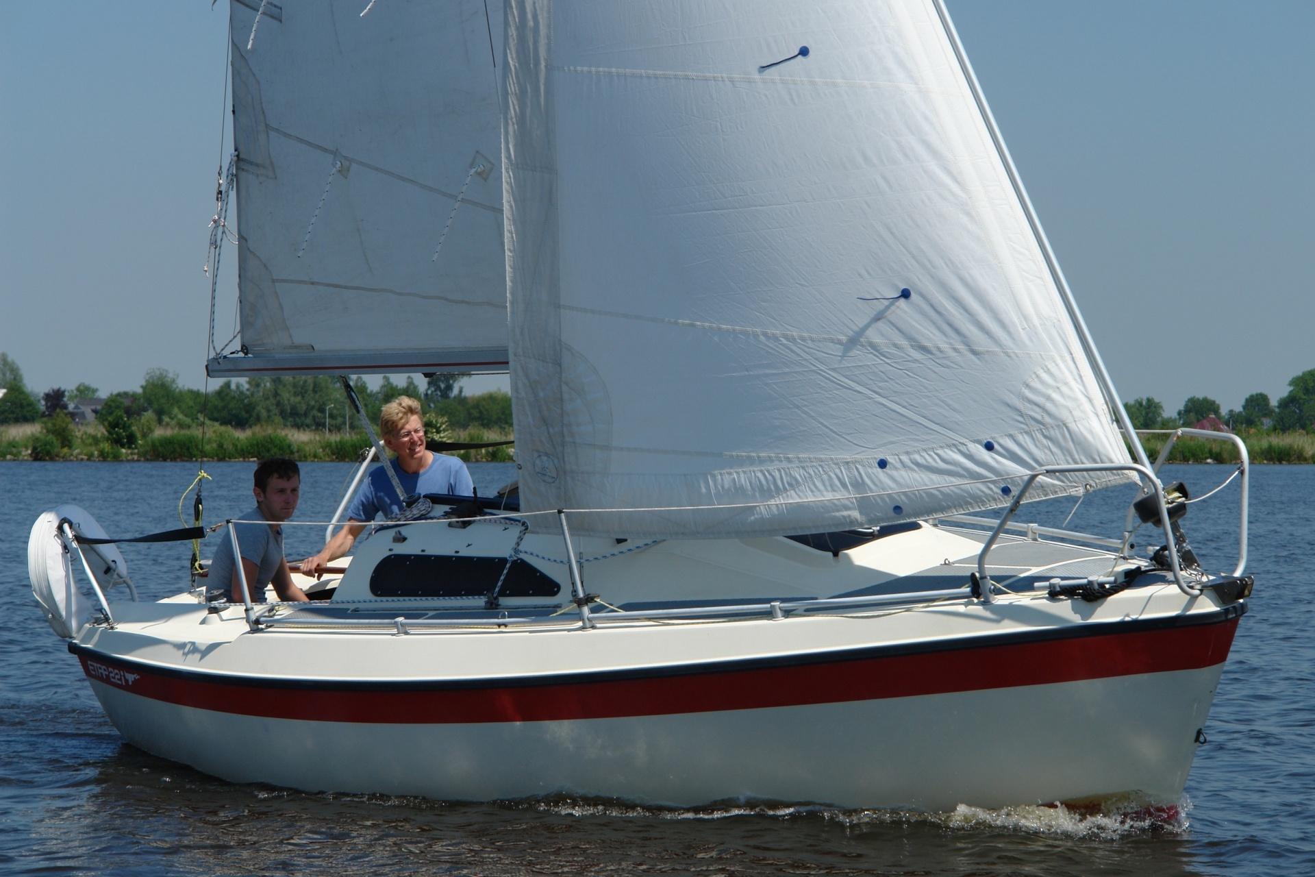 Sportieve toerboot met weinig diepgang voor de Friese meren.